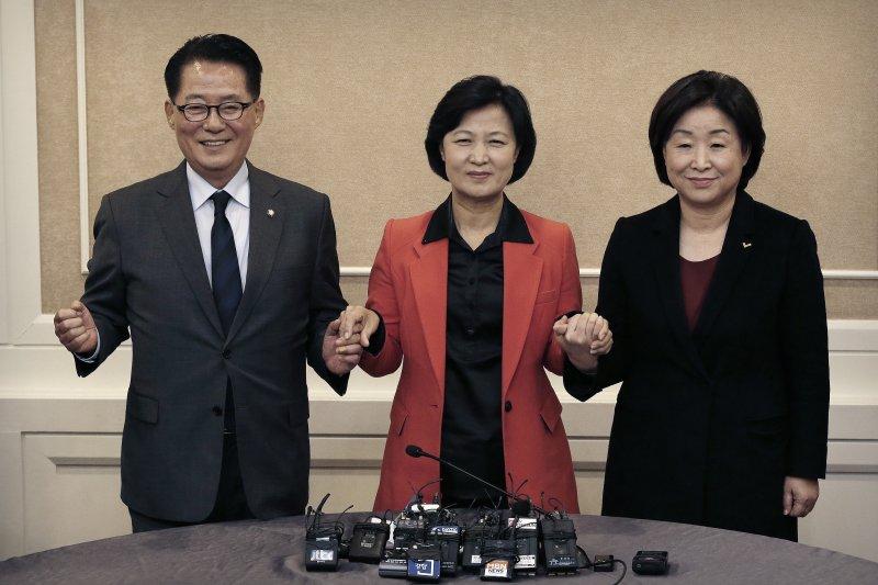 南韓報紙刊出總統朴槿惠宣布願意考慮辭職的消息。(美聯社)