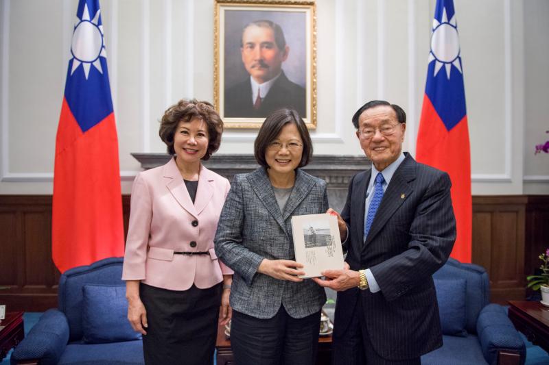蔡英文總統10月13日接見美國前勞工部長趙小蘭與其父趙錫成(總統府)
