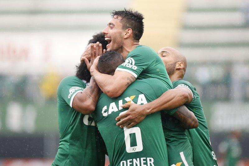巴西足球甲組聯賽「查比高恩斯隊」後衛魯斯切爾(Alan Ruschel,中),他是29日空難的生還者之一。(美聯社)