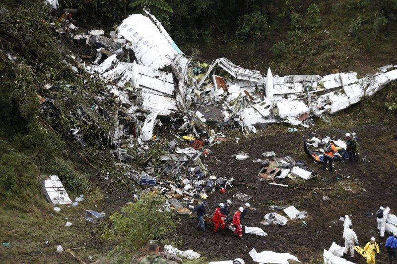 哥倫比亞空難現場,巴西足球甲組聯賽「查比高恩斯隊」的大部份球員都在這場悲劇中喪生。(美聯社)