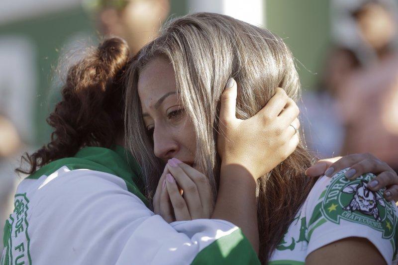 噩耗傳來,傷痛欲絕的巴西足球甲組聯賽「查比高恩斯隊」球迷。(美聯社)