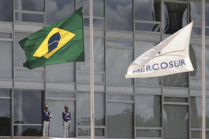 巴西總統府前的國旗與南方共同市場旗(MERCOSUR)29日都降了半旗,對空難罹難者的表達哀悼。(美聯社)