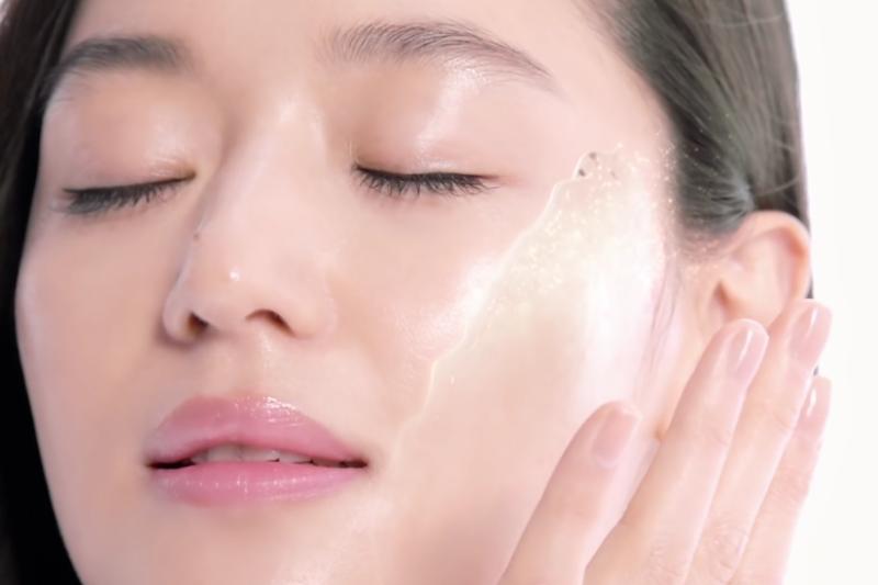 洗臉後,習慣拍上化妝水或濕敷嗎?(示意圖翻攝自YouTube)