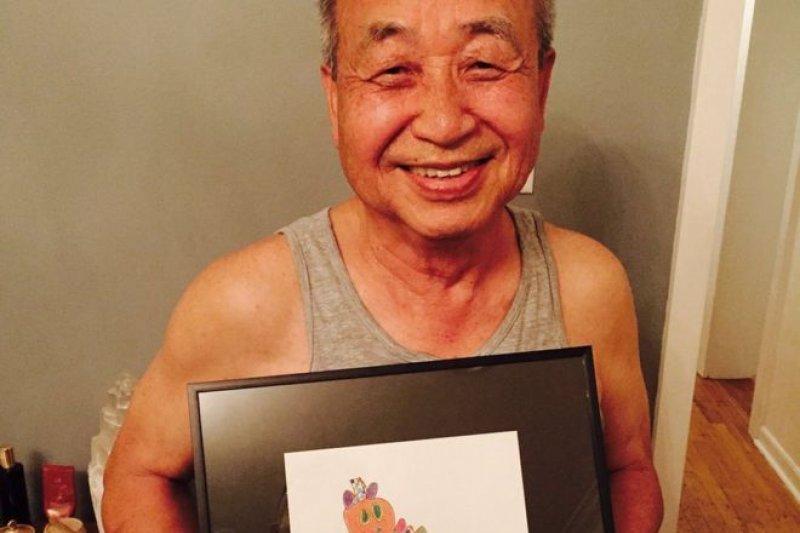 兒子Ji Lee為支持父親給孫兒在Instagram上講畫本故事,掏錢買了一副畫。(圖片來源: Facebook Ji Lee,BBC中文網)