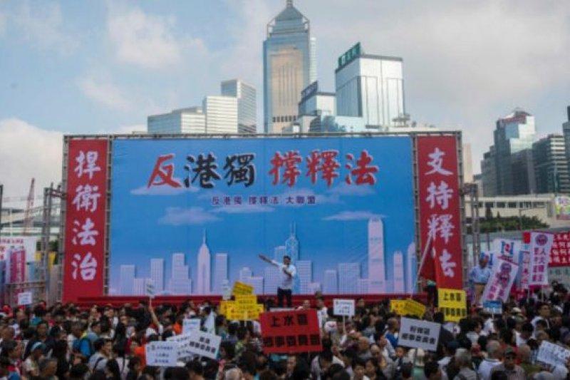 顯然,北京認定「幫港出聲」代表了香港「沉默大多數」。張德江說,香港擁護「一國兩制」的廣大市民可以借助像這樣的平台,「就大是大非問題表達意見」。(BBC中文網)