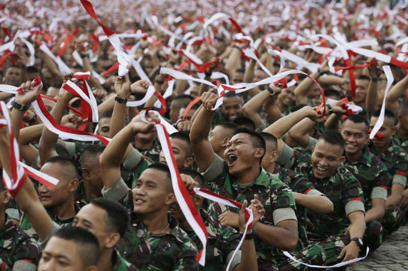 印尼軍方發動反鍾萬學示威,軍人拿著印尼國旗配色的頭帶揮舞。(美聯社)