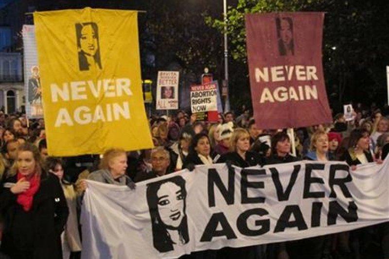 2012年,愛爾蘭的哈拉帕納瓦因被拒絕墮胎而死,2013年許多支持墮胎的人為此走上街頭抗議。(AP)