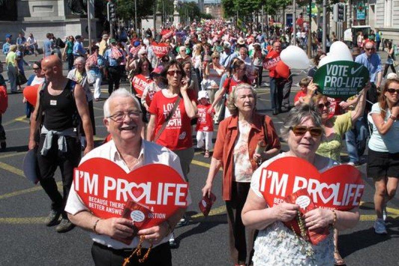 2013年,反對墮胎的愛爾蘭人走上街頭(AP)
