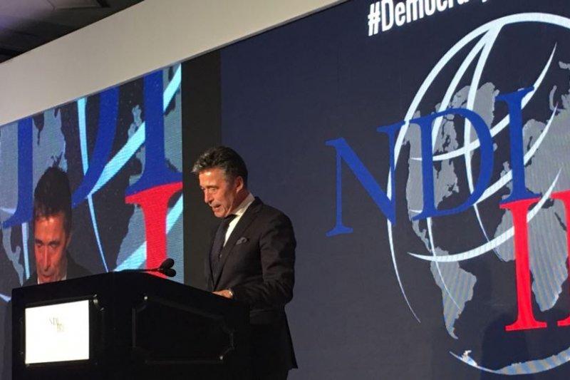 前北約秘書長拉斯穆森(Anders Fogh Rasmussen)星期二在美國民主研究會和國際共和研究所共同主辦的研討會上發表演講。(圖取自美國之音)