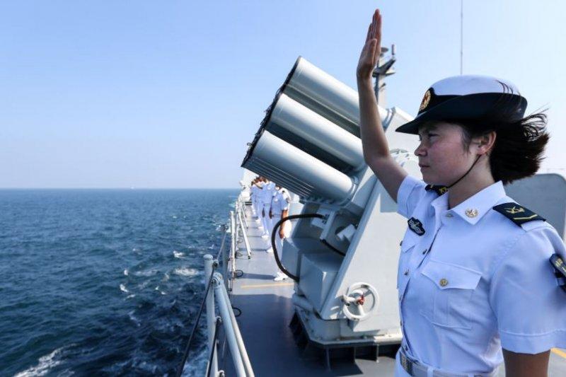 中國與俄羅斯聯合海軍演習在中國廣東省湛江市結束,一名中國士兵向俄羅斯艦隊告別。(圖取自美國之音)