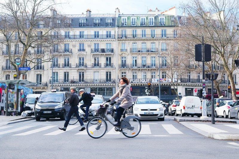 透過嚴格的立法及執法,法國逐步催生車輛禮讓行人的用路文化...(圖/方寸文創提供)
