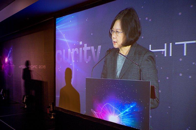 圖為蔡英文總統出席「駭客社群協會(HITCON)資安國際交流研討會開幕」並聽取簡報(總統府)