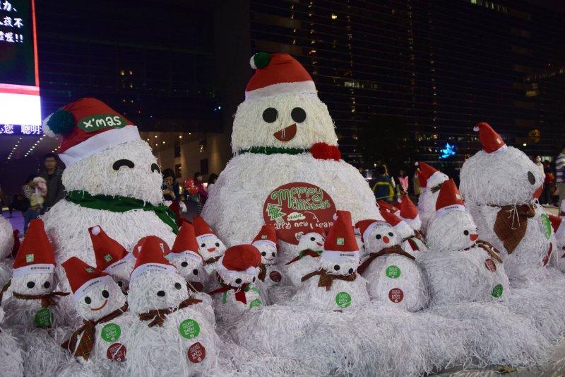 配合市府的耶誕樂園,台中市政府將紙雪人家族帶到市府廣場前,與大家同歡。(圖/擷取自SHOTRIP)
