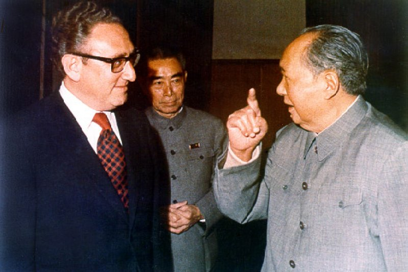 季辛吉(左)於1972年和周恩來(中)、毛澤東(右)共同商討中美關係正常化。(資料照,取自維基百科)