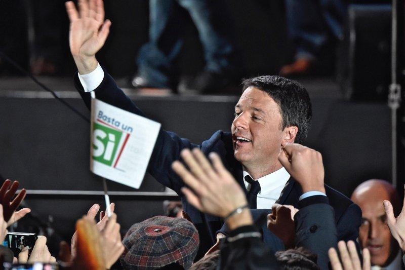 義大利修憲公投登場,總理倫齊(Matteo Renzi)揚言公投未過關就下台(美聯社)