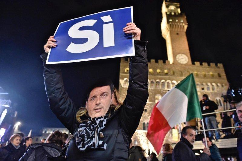義大利修憲公投登場,支持者戴著總理倫齊的面具表達立場(美聯社)