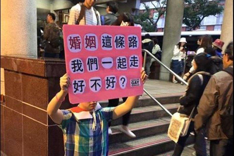 網友Tilda Lin分享,反同婚大遊行時,看到一名男子高舉「婚姻這條路我們一起走」的標語,跪在人來人往的捷運站口。(資料照,取自Tilda Lin臉書)