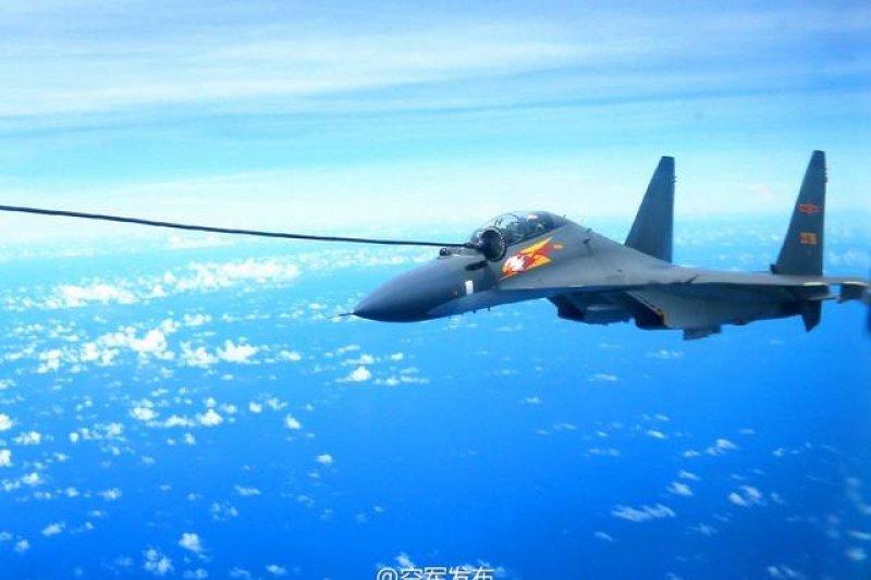 2016-12-04-中國解放軍空軍蘇愷Su-30MKK於演習中進行空中加油-取自中國空軍微博