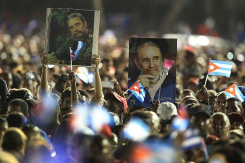 數萬群眾在古巴革命根據地送別卡斯楚。(圖取自BBC中文網)