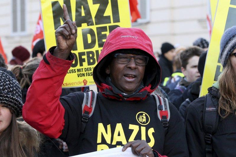 奧地利民眾抗議極右派自由黨總統候選人霍費爾,標語牌上寫著「總統府不要納粹」。(美聯社)
