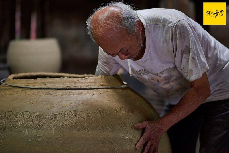「專注、耐心、毅力」是成為製陶師的入門條件!(圖/你好臺灣)警語:吸菸有害健康
