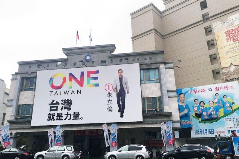 林百貨一帶是遊客最愛台南熱點,獨獨這市黨部,蓋得實在不知從何「欣賞」起...(圖/魚夫提供)