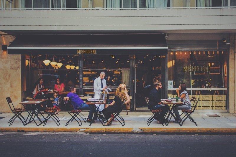 配合當地的用餐禮儀,不但討人喜歡也替旅遊添了些獨特回憶。(圖/Henrique Félix@Unsplash)