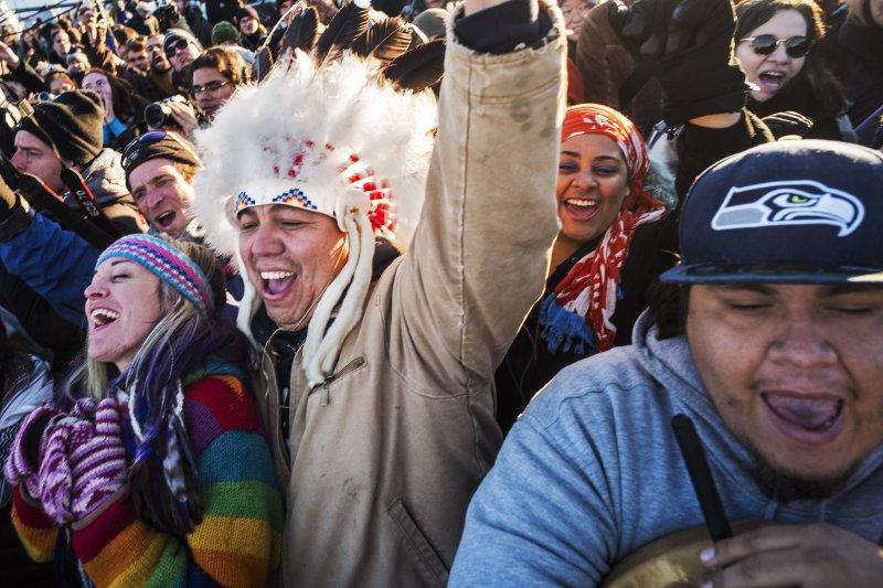 美國陸軍工兵部隊決定另尋油管興建路線,示威的立岩蘇族人高興慶祝(美聯社)