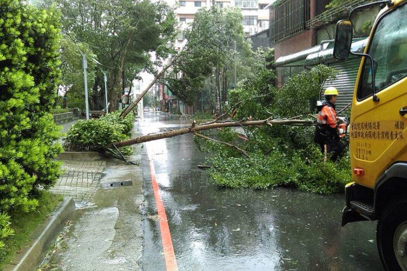 清潔隊員時常在災後最短時間內必須恢復市容整潔及安全用路環境,甚至有時必須跨縣市支援救災。(圖/擷取自環境資訊中心)