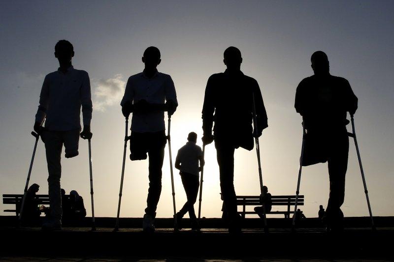 以巴會談已經停滯2年,和平遙遙無期。圖為4名在衝突中失去一隻腳的巴勒斯坦青年。(美聯社)