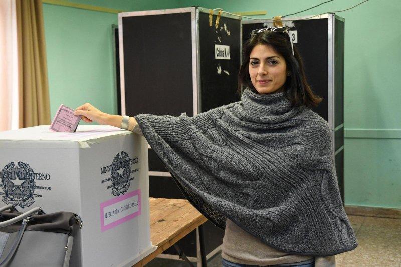義大利修憲公投4日投票,羅馬市長拉吉(Virginia Raggi)投下反對票(AP)