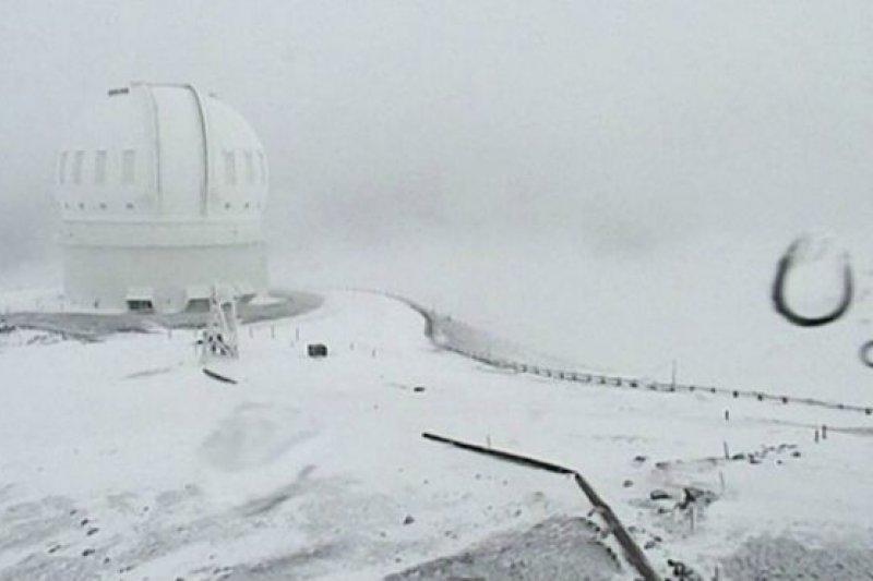 冒納凱阿火山上的加法夏望遠鏡被白雪覆蓋。(BBC中文網)