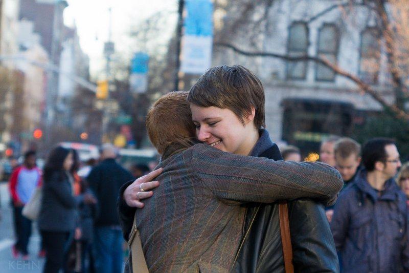 作者指出,疫情不只威脅人的生命,也改變了人際關係。疫情使得開展友誼的老式的理想做法變得困難,更使人們失去了親密關係需要身體親近的期望。(示意圖/Joshua Kehn@flickr)