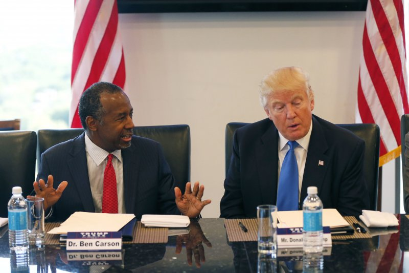 美國準總統川普(右)提名毫無從政資歷的退休神經外科名醫卡森(左)出掌住宅與都會發展部(美聯社)