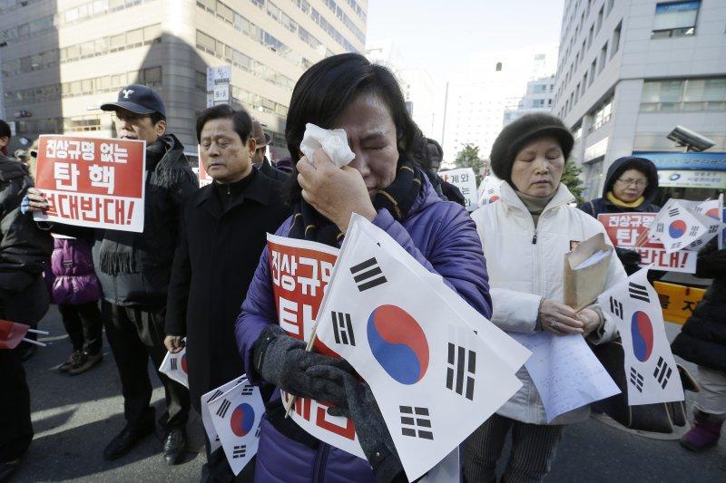 支持朴槿惠的民眾6日走上街頭,高聲反對彈劾。一名女性還為身處風暴核心的朴槿惠總統不斷掉淚。(美聯社)