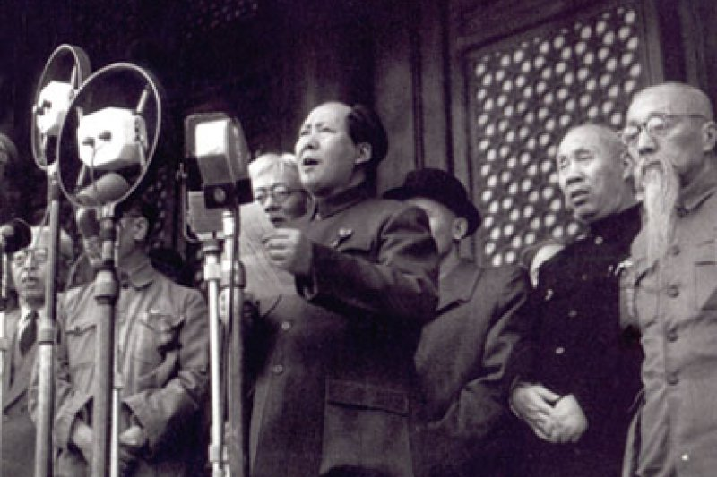 這天,毛澤東以他高亢的湖南話發表演講,當中並沒有特別令人難忘的詞語:他以幾段話讚美革命英雄,也痛批英美帝國主義者和他們的傀儡。但隨後慶祝中華人民共和國誕生的活動則熱情洋溢、十分壯觀。(資料照,翻攝維基百科)
