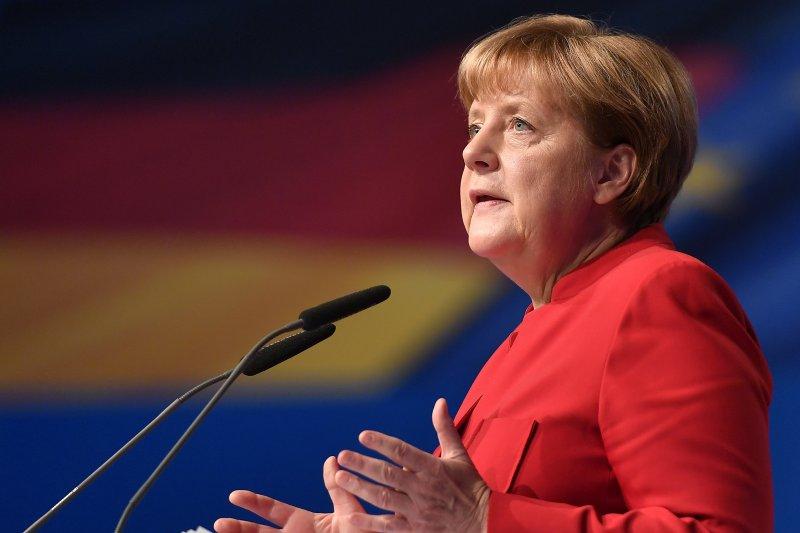 梅克爾在面對難民潮、恐攻、經濟困局、與民粹主義的興起,加上歐盟成員各個離心離德、各懷鬼胎的險境下,恐怕已經是舉步維艱。(資料照,美聯社)