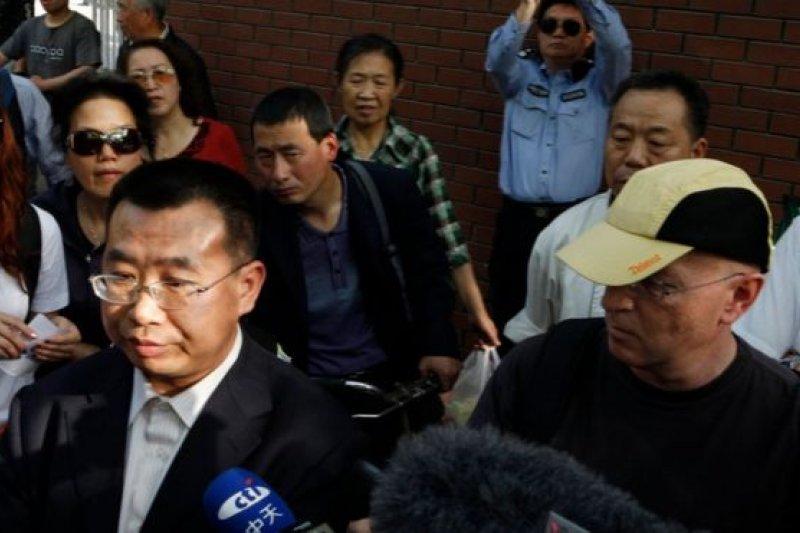 江天勇在2012年5月2日前往醫院探望盲人人權活動人士陳光誠時受阻。(圖取自BBC中文網)