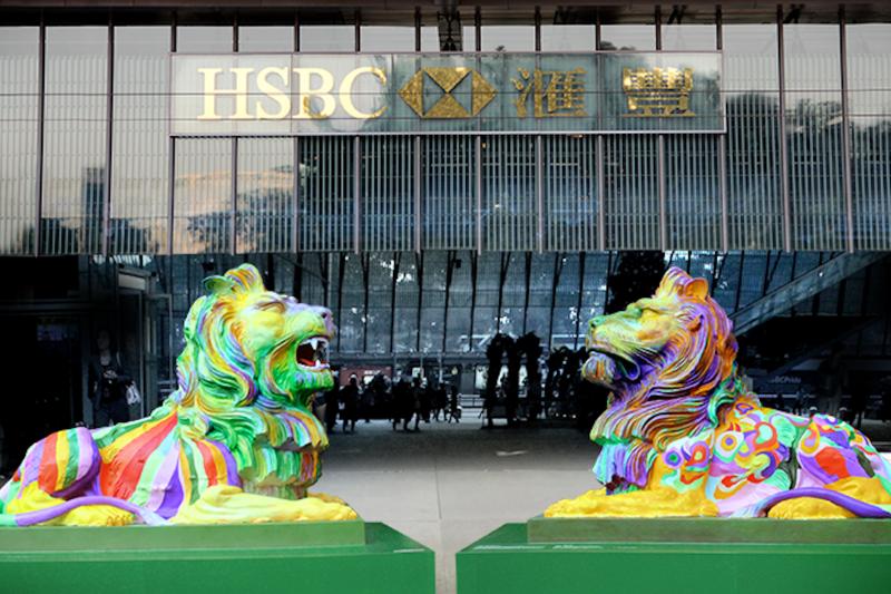 香港中環匯豐(HSBC)總行大廈外出現一對塗上彩虹顏色的獅子後,引發反同性戀團體抨擊。(圖取自HSBC臉書)