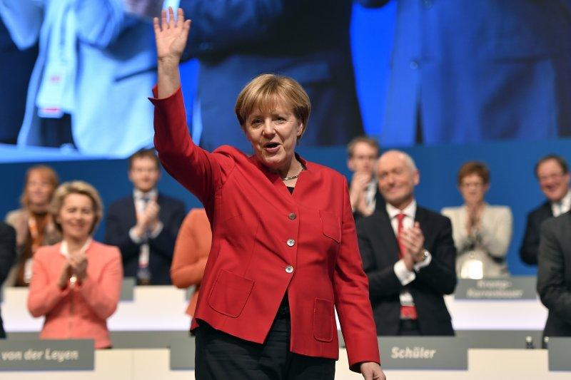 德國總理梅克爾首度表態支持禁止穆斯林女性穿戴遮臉服裝(美聯社)