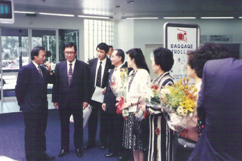 1994年,時任立法院長的劉松藩(左2)率立法院副院長王金平(左4)與立委們赴澳洲訪問考察。(愛玉之家提供)