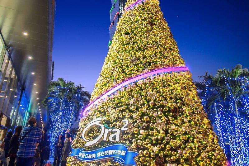 每年信義商圈的耶誕樹都成為拍照留念的都市新地標,而Ora2也搭上這股熱潮,打造極緻閃耀金色耶誕樹。(圖/Ora2提供)