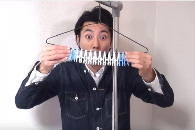 衣架摺來摺去,可以摺出許多不同的生活用品(圖/便利ライフハック【JapaneseLifehacker】@Youtube)