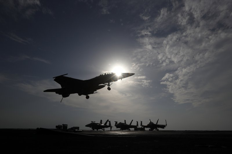 從美國艾森豪號航空母艦起飛的戰鬥機。(美聯社)