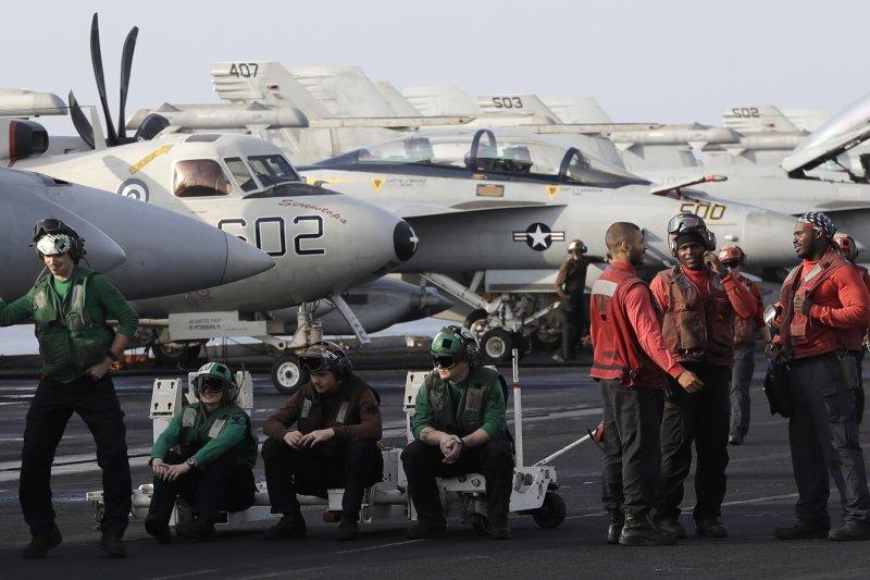停在美國艾森豪號航空母艦上的戰鬥機及飛行員。(美聯社)