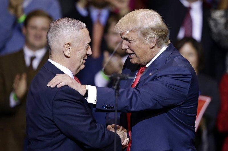 美國準總統川普(右)提名退役陸戰隊上將馬提斯(左)出任國防部長(美聯社)