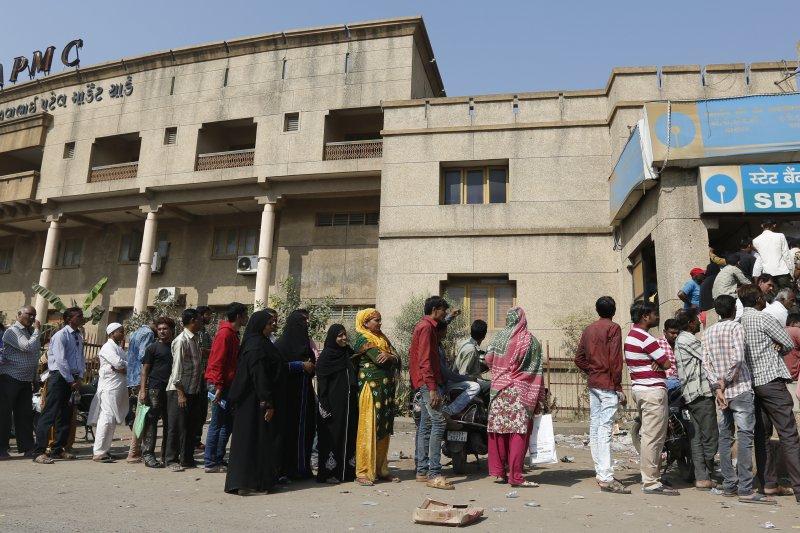 印度政府宣布廢除大面額舊鈔流通後,現金荒嚴重,民眾經常大排長龍(AP)