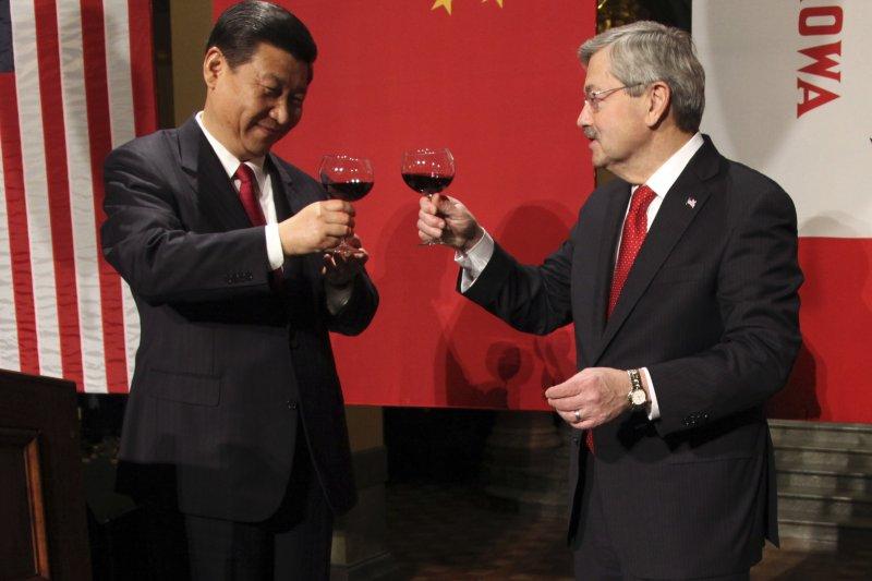 內定出任川普新政府駐中國大使的愛荷華州長布蘭斯塔德(Terry Branstad)2012年與習近平把酒言歡(AP)