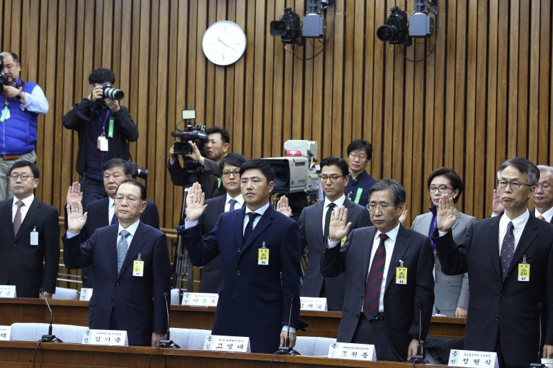 7日出席國會聽證會者正在宣誓,但其中就是看不見崔順實身影。(美聯社)