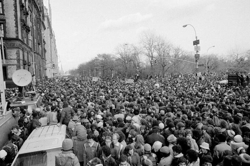 1980年12月14日,約翰藍儂的數十萬樂迷聚集在中央公園與達科塔公寓之間(AP)